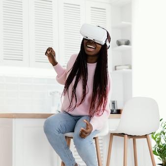Vrメガネのフルショットで幸せな女の子