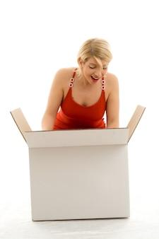 Счастливая девушка с белой коробкой