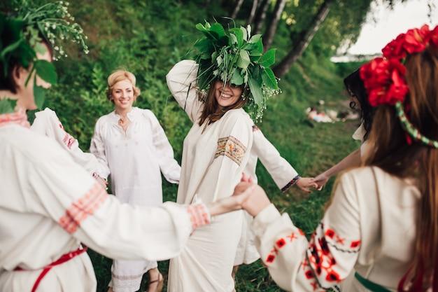 Счастливые девушки танцуют традиционный украновский танец