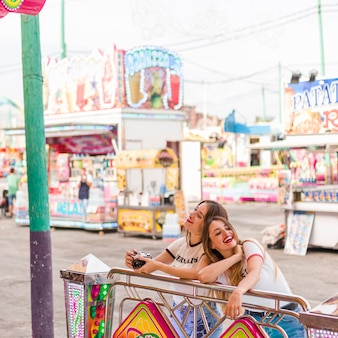 Счастливые девушки, с удовольствием в парке развлечений