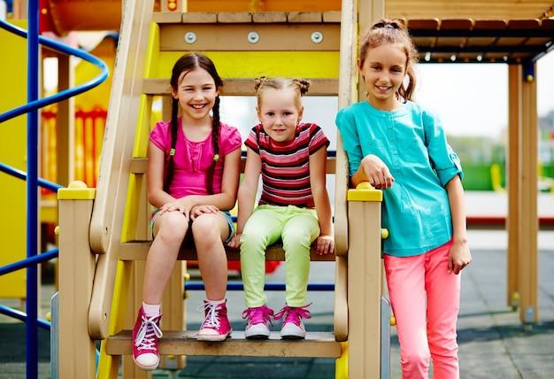 Счастливые девушки сидели на ступенях