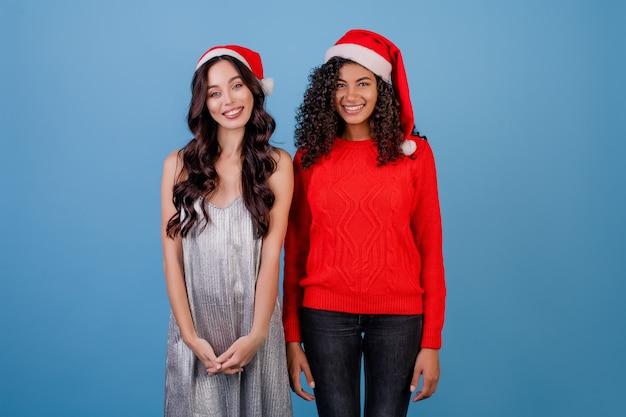 산타 모자를 쓰고 행복 한 여자