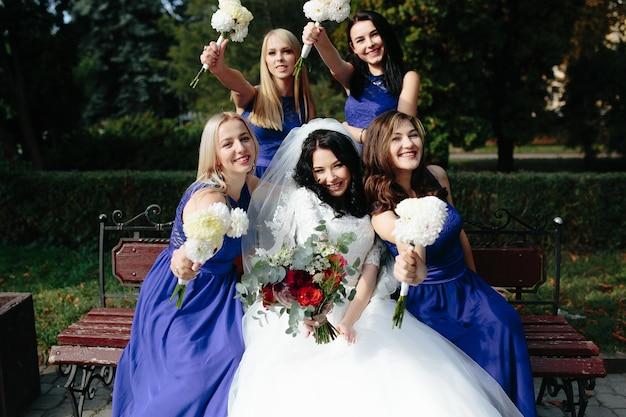 Счастливые девушки с невестой на скамейке