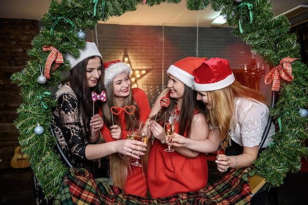 グラスにシャンパンで幸せな女の子は新年を祝う