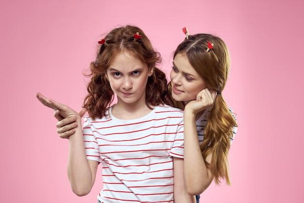 ピンクの頭にファッショナブルなジュエリーを持つ幸せな女の子