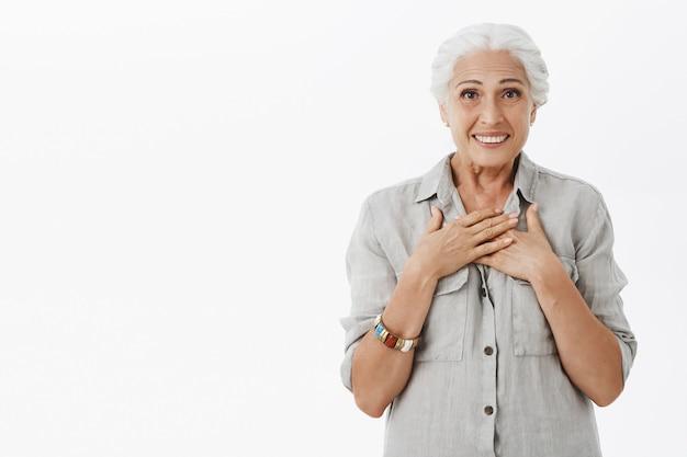 기뻐하고, 기뻐하고 놀란 미소를 짓는 행복한 기쁜 할머니