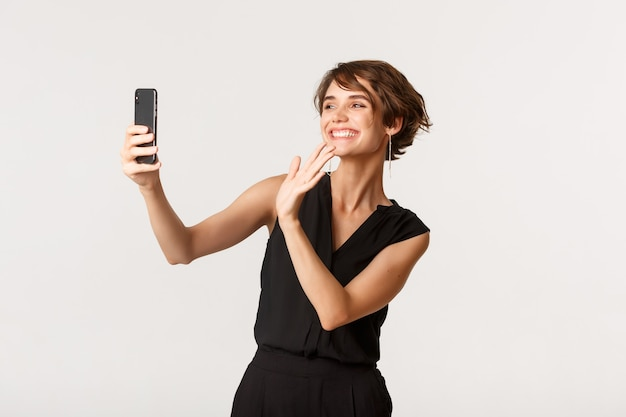 Счастливая великолепная женщина, имеющая видеозвонок