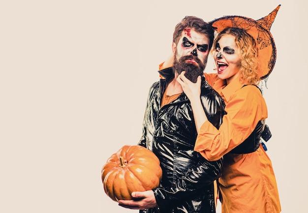 ハロウィーンの衣装で幸せなゴシックカップル。ハロウィーンのポスターやグリーティングカード-人々の概念