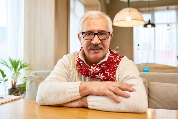 Счастливый дедушка носит рождественский шарф