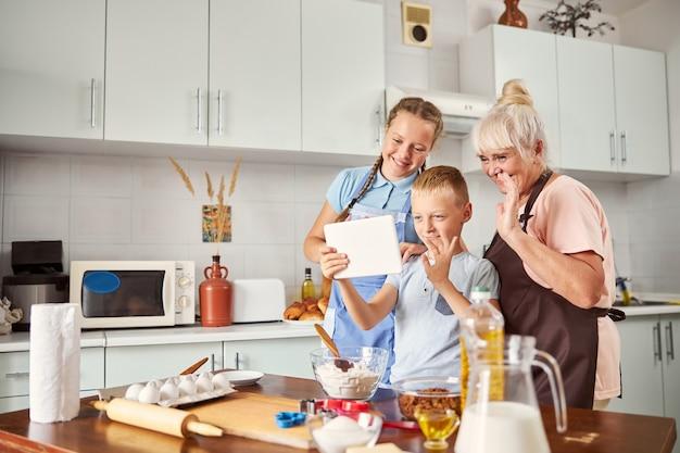 화상 통화를 하는 행복한 할머니와 두 아이