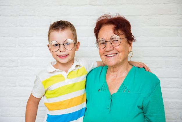 Счастливая бабушка с ребенком мальчик дома