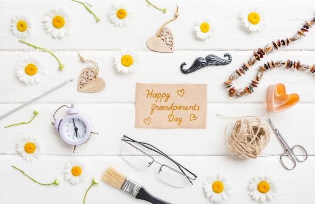 幸せな祖父母の日の背景。白い背景の上の花