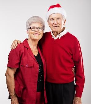 크리스마스에 포즈를 취하는 행복 한 조부모
