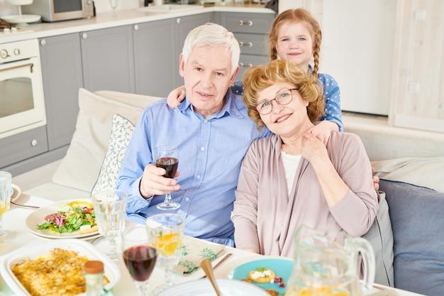 Счастливые бабушка и дедушка позирует с внуком