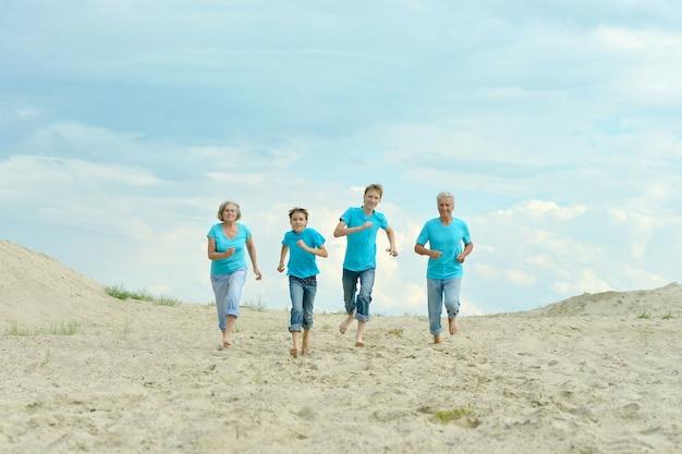 ビーチで孫と幸せな祖父母 Premium写真