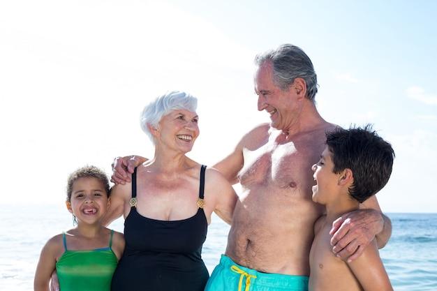 해변에서 손자와 함께 행복 한 할머니