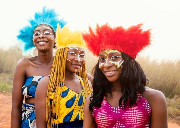 Felice gruppo di amici al carnevale africano