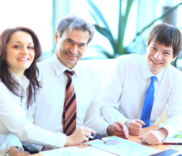 オフィスで微笑むビジネスマンの幸せなグループ