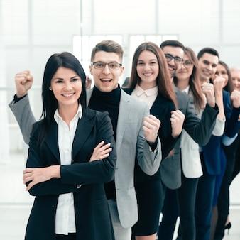 Счастливая группа разнообразных молодых людей, стоящих в ряд