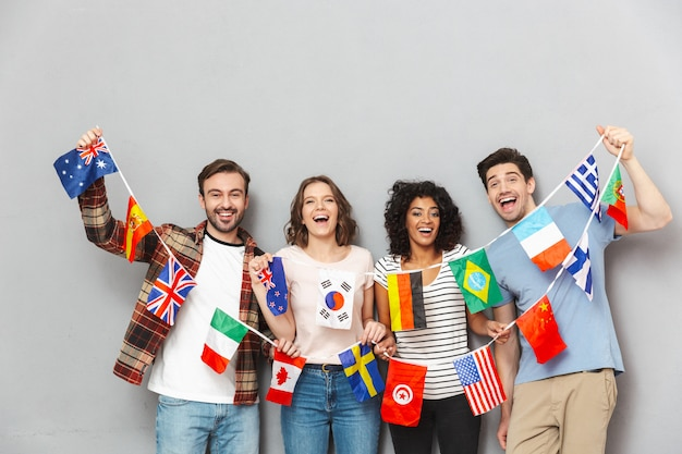 많은 국제 깃발을 들고 친구의 행복 그룹.