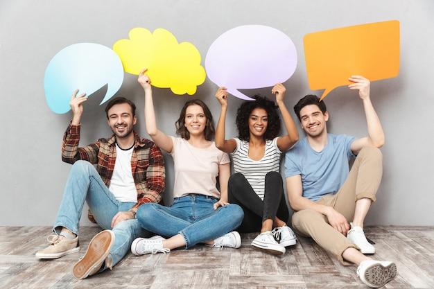 スピーチと思いやりのある泡を保持している友人の幸せなグループ。