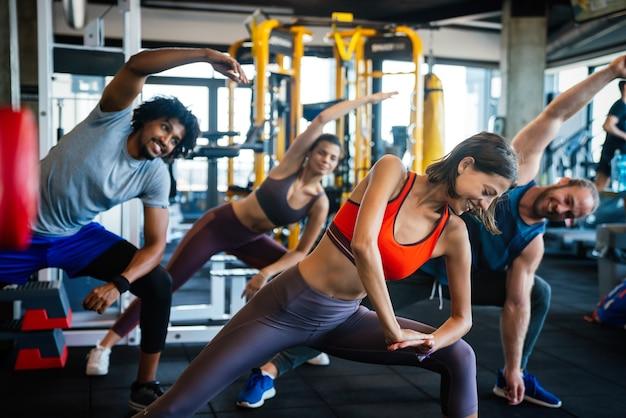 체육관에서 운동을 하는 행복한 젊은이들