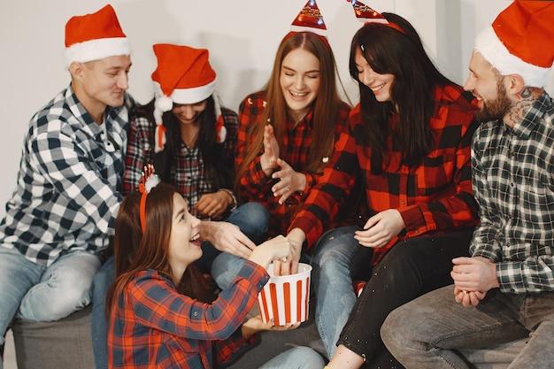 Felice del gruppo di giovani in festa.