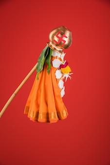 Поздравление с гуди падвой - это индуистский новый год, отмечаемый по всей индии, где гудхи стоит возле дома, состоящего из бамбуковой палочки, ткани, гирлянды, нима и листьев манго с калашем.
