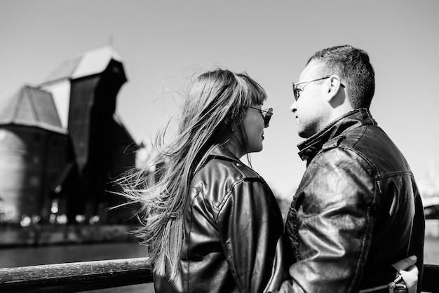 Счастливый парень и женщина гуляют по туристическим улицам старой европы в городе гданьск