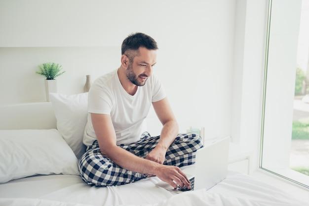 彼の寝室でポーズをとっている幸せな男