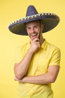 솜브레로 모자에 행복 한 남자 미소입니다. 남성 패션. 항상 기분이 좋습니다. 멕시칸 스타일. 멕시코. 전통 의상. 테마 파티. 잘생기고 세련된 남자. 자신감과 카리스마.