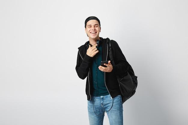 黒のバックパックで幸せな男