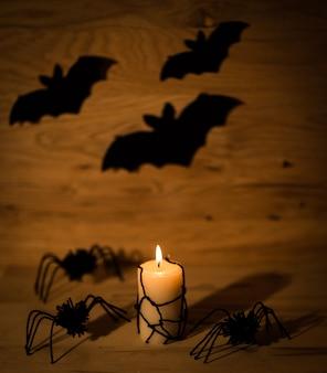 Счастливый хэллоуин концепции. свеча и пауки на деревянном столе. фотография с копией пространства