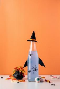 해피 할로윈 개념입니다. 주황색 배경에 파티 장식이 있는 무서운 화려한 주황색 할로윈 칵테일