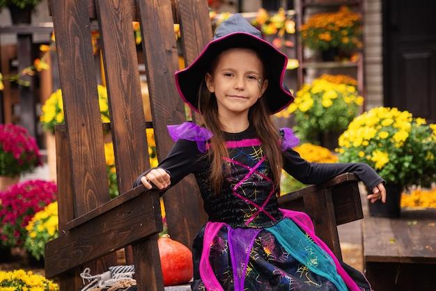 ハッピーハロウィンカボチャを手にしたかわいい魔女