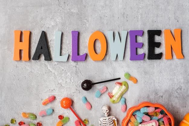 Счастливый день хэллоуина с конфетами-призраками, тыквой, миской и декоративным. уловка или угроза, привет, октябрь, осенняя осень, концепция праздника, вечеринки и праздника