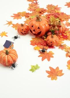 ハッピーハロウィンは、カボチャとジャック・オー・ランタンを紅葉で飾ります