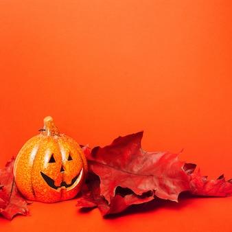 Счастливого хэллоуина. праздничный натюрморт, тыква-фонарь и осенние листья.
