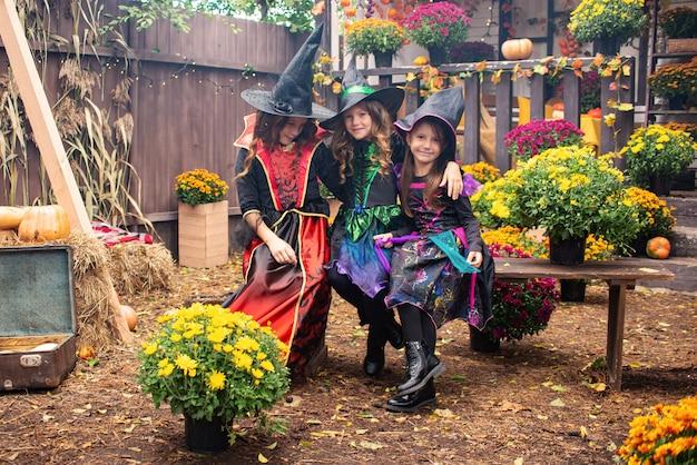 オープンで仮装で笑っているハッピーハロウィン面白い子供たちの女の子
