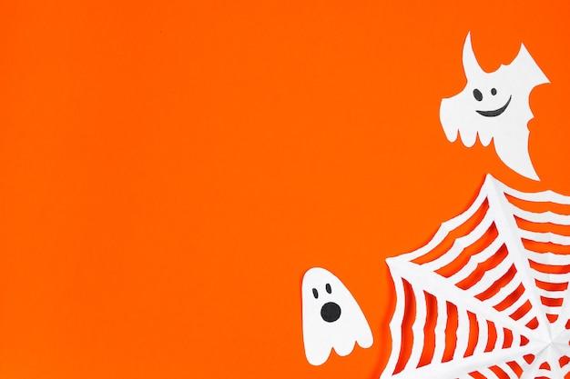 해피 할로윈. 주황색 배경에서 휴가를 위한 재미있는 종이 유령. 텍스트에 대 한 장소입니다.