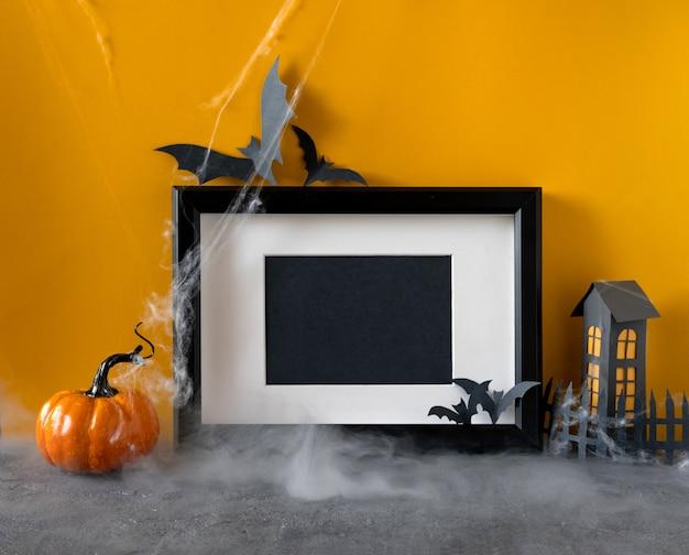 幸せなハロウィーンの休日のコンセプトです。オレンジ色の背景に黒いフレーム