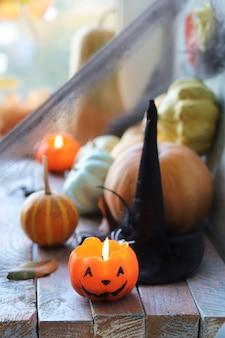 燃えるろうそくの紅葉と神秘的な装飾が施されたハッピーハロウィンカボチャジャックランタン