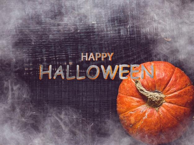 Счастливого хэллоуина. тыквы лежат на столе. крупный план, вид сверху, людей нет. поздравления для близких, родных, друзей и коллег. концепция праздника