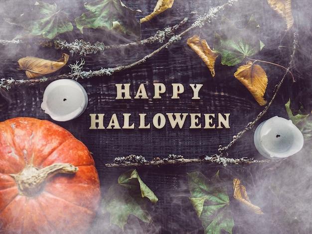 Счастливого хэллоуина. тыквы лежат на столе