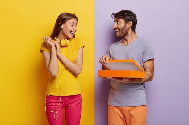 Счастливый красивый мужчина делает сюрприз для подруги