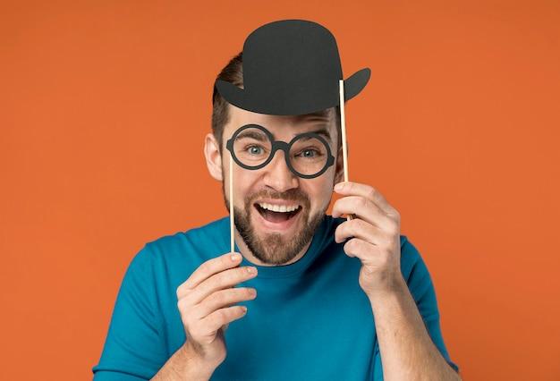 偽の眼鏡でポーズをとって幸せなハンサムな男