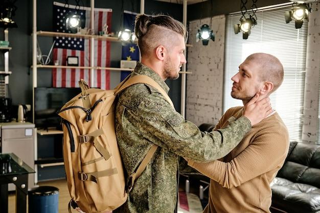 군사 훈련을 마치고 집으로 돌아오는 남편을 만나는 행복한 잘생긴 청년