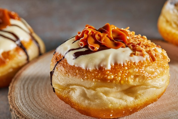 Happy hanukkah and hanukkah sameachは、ドゥルセデレチェとチョコレートを使った伝統的なユダヤ人ドーナツです。