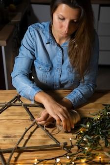 Счастливая женщина праздника ханука делает еврейский символ