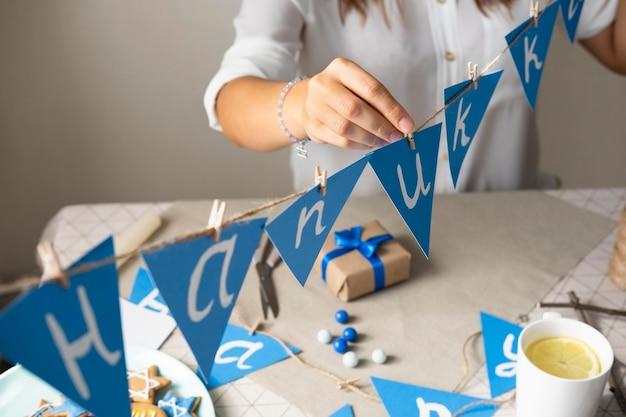 Счастливый традиционный фестиваль хануки голубая гирлянда
